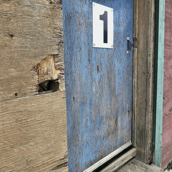 broken blue door IMG_3134